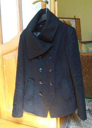 Стильное пальто dept размер m с заклепками на рукавах 60% шерсть
