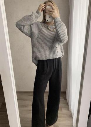 Серый свитер объёмный