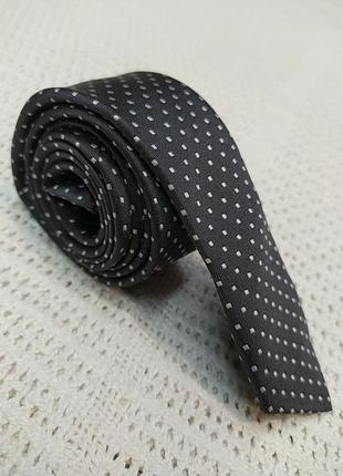 Тонкий короткий галстук