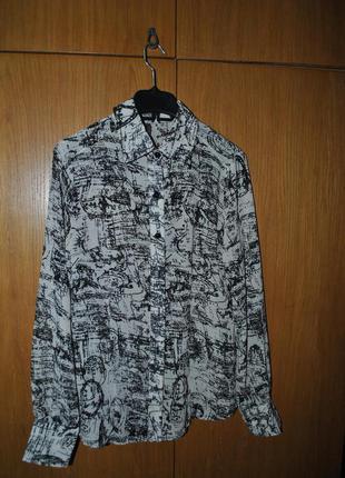 Блуза с абстрактным рисунком.