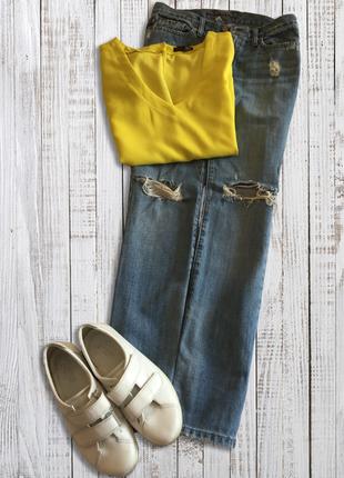 Прямые джинсы с рваностями