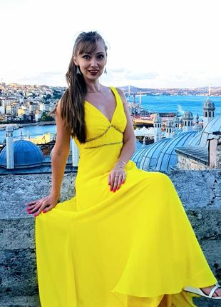 Вечернее платье из шифона с открытой спиной и шлейфом.