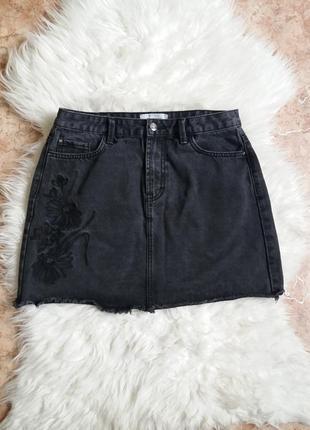 Джинсовая юбка с вышивкой  и актуальным необработанным краем