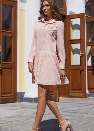 Нежно-розовое платье с заниженной талией и плиссировкой