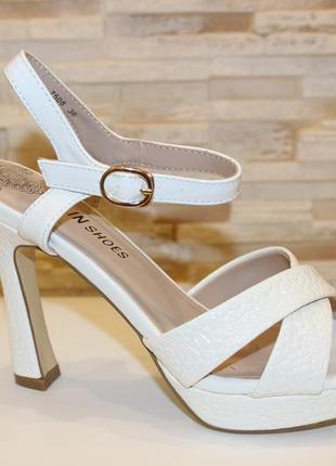 Босоножки на устойчивом каблуке открытые летние туфли
