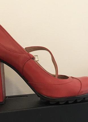 Кожаные красные туфли. мэри джейн тренд