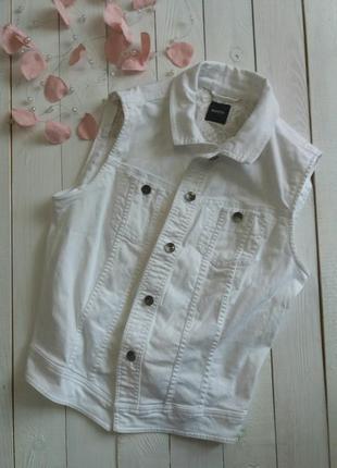 Белая джинсовая жилетка