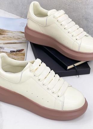 Кроссовки из натуральной кожи красивого ванильного цвета на кофейной подошве