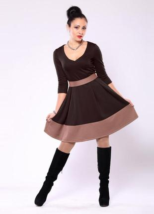 Платье шоколадного цвета с контрастным поясом и отделкой