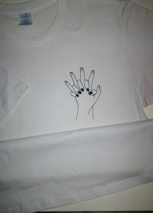 Белая футболка с принтом руки влюбленных