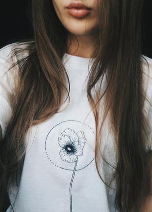 Прекрасная футболка с вышивкой ручной работы