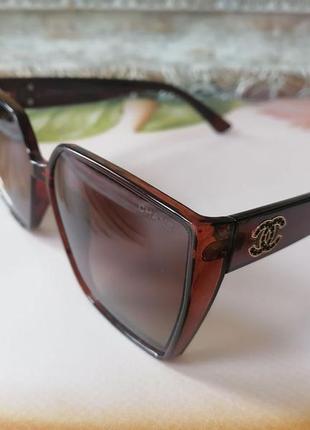 Стильные женские солнцезащитные очки медового цвета