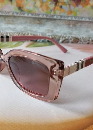 Маленькие солнцезащитные очки в розовой прозрачной оправе на маленькое лицо