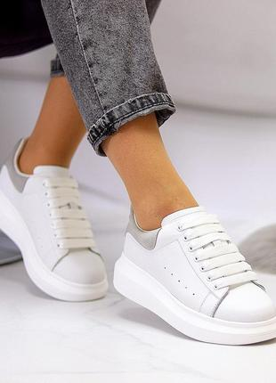 Женские кожаные белые кроссовки кеды маквины с серой пяткой