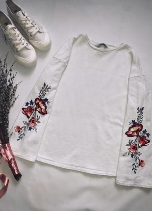 Белый свитшот с вышивкой.