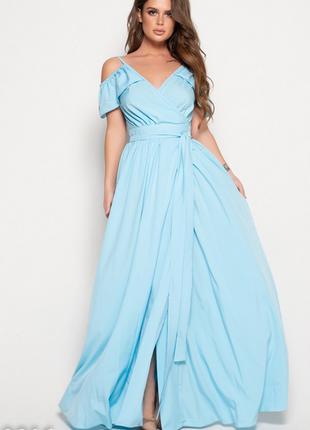Голубое длинное платье с открытыми плечами