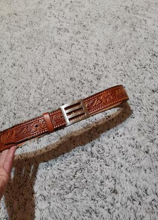 Коричневый кожаный ремень с выбитым узором