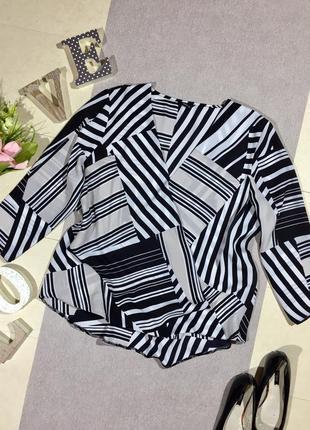 Актуальная блузка с имитацией запаха в геометрический принт.