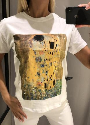 Белая футболка с принтом. reserved. размеры уточняйте.