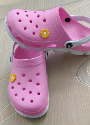 Женские красивые розовые кроксы, шлепанцы, сланцы, сабо.