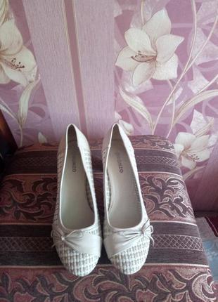 Симпатичные светло бежевые туфли на среднем каблуке