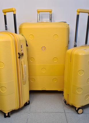 Желтый чемодан airtex 246 из полипропилена с выходом usb франция