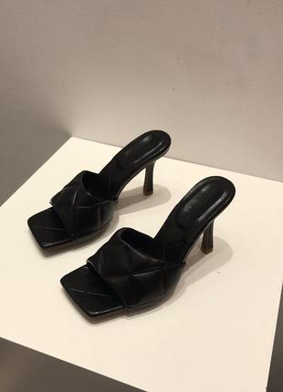 Модные шлепки на каблуке