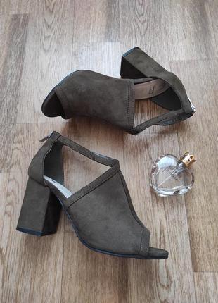 Стильные замшевые босоножки с закрытой пяткой на широком каблуке