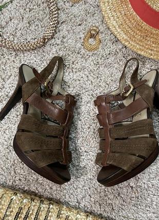 Шикарные кожаные босоножки на высоком каблуке.