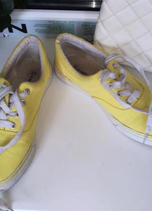 Кеды жёлтого цвета  in extenso
