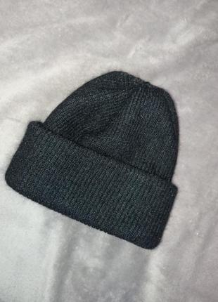 Чёрная зимняя шапка