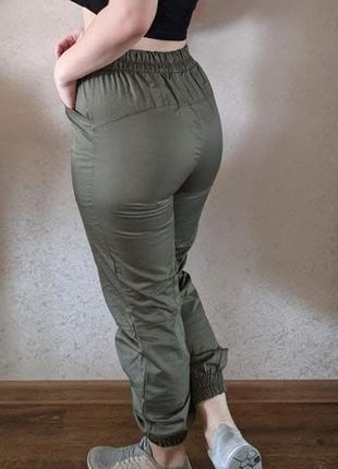 Штаны-брюки с завышенной талией цвета хаки