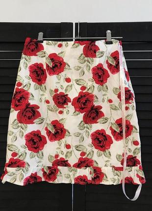 Белая мини юбка в красный цветочный принт роза