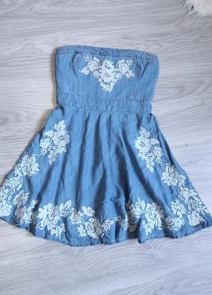 Голубое джинсовое платье с вышивкой на грудь