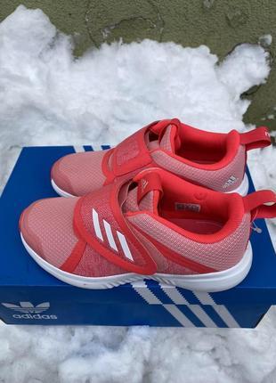 Зручні кросівки для дівчики