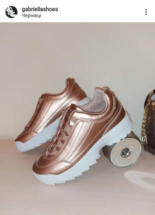 Стильные золотые кроссовки