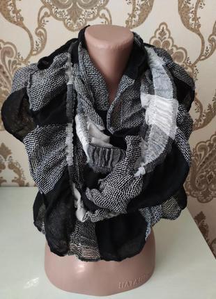 Чёрно-белый тонкий шарф - хомут, палантин с воланами
