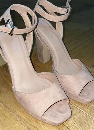Босоножки на каблуке туфли
