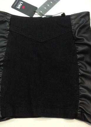 Стильная прямая джинсовая юбка с кожаными вставками