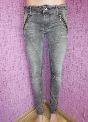 Фирменные серые джинсы узкачи
