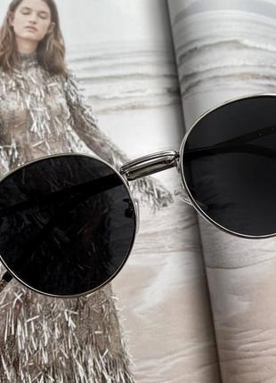 Стильные круглые солнцезащитные очки с зсеребристой оправой