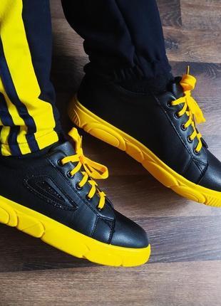 Кроссовки желто-черные