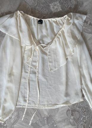 Белая молочная блузка