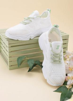 Женские белые кроссовки с зеленой шнуровкой