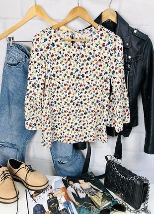 Блуза в цветочный принт с расклешенным рукавом
