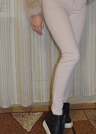 Нежно-розовые стречевые джинсы скинни zara со средней посадкой, размер с