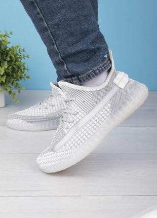 Женские серо-белые кроссовки на шнуровке