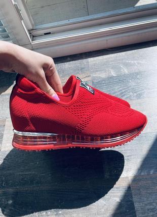 Весенние кроссовки красные
