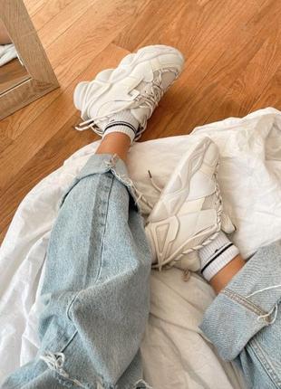 Кроссовки с рефлективными вставками на рельефной подошве