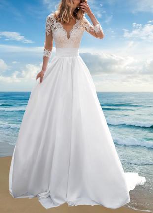 Атласное свадебное платье изящного а-силуэта с кружевными верхом и рукавами
